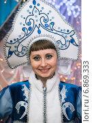 Купить «Портрет снегурочки в синем костюме», эксклюзивное фото № 6869333, снято 28 декабря 2014 г. (c) Иван Карпов / Фотобанк Лори