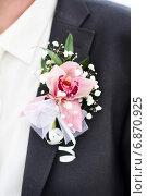 Свадебная бутоньерка в петлице черного мужского свадебного костюма. Стоковое фото, фотограф Виктория Дементьева / Фотобанк Лори