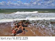 Купить «Балтийский прибой и волнорез», фото № 6872229, снято 20 июля 2013 г. (c) Сергей Трофименко / Фотобанк Лори