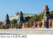 Купить «Кремлевская набережная, Москва», фото № 6876465, снято 21 сентября 2014 г. (c) Николай Чутчиков / Фотобанк Лори