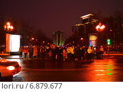 Люди переходят дорогу на зеленый сигнал светофора в Москве ночью, эксклюзивное фото № 6879677, снято 8 января 2015 г. (c) lana1501 / Фотобанк Лори