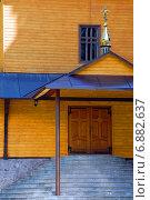 Вход в Воздвиженскую церковь Манявского скита, Карпаты (2008 год). Стоковое фото, фотограф Антон Довбуш / Фотобанк Лори