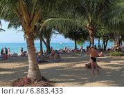 Туристы отдыхают на берегу под тенью пальм. Sai keaw Beach, Паттайя, Королевство Таиланд (2014 год). Редакционное фото, фотограф Григорий Писоцкий / Фотобанк Лори