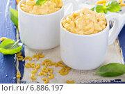 Купить «Макароны с сыром в кружках», фото № 6886197, снято 14 декабря 2014 г. (c) Елена Веселова / Фотобанк Лори