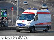 Купить «Автомобиль скорой медицинской помощи на дороге. Большой Каменный мост в Москве», эксклюзивное фото № 6889109, снято 3 апреля 2010 г. (c) lana1501 / Фотобанк Лори