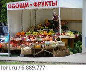 """Купить «Киоск """"Овощи, фрукты"""" на Никитинской улице в Москве», эксклюзивное фото № 6889777, снято 21 августа 2012 г. (c) lana1501 / Фотобанк Лори"""