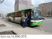 Купить «Посадка пассажиров в городской автобус на Кутузовском проспекте в Москве», эксклюзивное фото № 6890973, снято 21 апреля 2012 г. (c) lana1501 / Фотобанк Лори