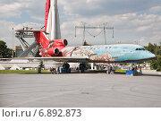 Купить «Самолет ЯК-42 на площади Промышленности ВДНХ», эксклюзивное фото № 6892873, снято 1 июля 2014 г. (c) Алёшина Оксана / Фотобанк Лори