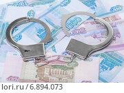 Купить «Наручники и деньги», фото № 6894073, снято 13 января 2015 г. (c) Александр Макаров / Фотобанк Лори