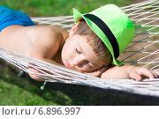 Мальчик в зеленой шляпе спит в гамаке. Стоковое фото, фотограф Papoyan Irina / Фотобанк Лори
