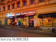 Купить «Пивбар Камчатка на улице Кузнецкий мост в Москве ночью», эксклюзивное фото № 6900353, снято 7 января 2015 г. (c) lana1501 / Фотобанк Лори