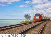 Купить «Электропоезд едет по берегу моря», фото № 6901709, снято 14 декабря 2017 г. (c) Светлана Кузнецова / Фотобанк Лори