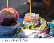 Купить «Пасхальный куличи и крашеные яйца, приготовленные для освящения», эксклюзивное фото № 6901789, снято 23 апреля 2010 г. (c) lana1501 / Фотобанк Лори
