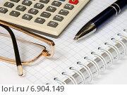 Купить «Бизнес-натюрморт с предметами бизнеса. Калькулятор, очки, ручка и блокнот», эксклюзивное фото № 6904149, снято 9 января 2015 г. (c) Юрий Морозов / Фотобанк Лори