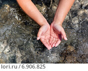 Мальчик черпает воду. Стоковое фото, фотограф Максим Блинков / Фотобанк Лори
