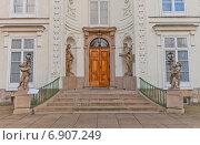 Купить «Главный вход в Мыслевицкий Дворец (Palac Myslewicki, 1779 г.) в парке Лазенки в Варшаве, Польша», фото № 6907249, снято 20 октября 2014 г. (c) Иван Марчук / Фотобанк Лори