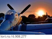 """Американский истребитель P-51 """"Мустанг"""" на аэродроме на фоне рассвета (2013 год). Редакционное фото, фотограф Антон Довбуш / Фотобанк Лори"""