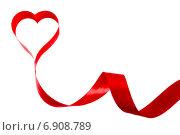 Красная лента на белом фоне в виде сердца. Стоковое фото, фотограф Альховик Людмила / Фотобанк Лори