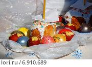Купить «Пасхальный куличи и крашеные яйца, приготовленные для освящения», эксклюзивное фото № 6910689, снято 23 апреля 2010 г. (c) lana1501 / Фотобанк Лори
