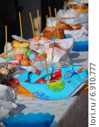 Купить «Праздничный стол с пасхальными куличами и крашеными яйцами», эксклюзивное фото № 6910777, снято 23 апреля 2010 г. (c) lana1501 / Фотобанк Лори