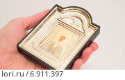 Икона Святой Матроны в руке верующего (2015 год). Редакционное фото, фотограф Вячеслав Сыпченко / Фотобанк Лори