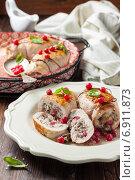 Рулет из куриного филе с начинкой из красной смородины, грибов и лука. Стоковое фото, фотограф Лариса Дерий / Фотобанк Лори