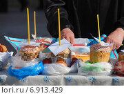 Купить «Пасхальный куличи и крашеные яйца, приготовленные для освящения», эксклюзивное фото № 6913429, снято 23 апреля 2010 г. (c) lana1501 / Фотобанк Лори