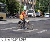 Купить «Рабочий-гастарбайтер переезжает дорогу по пешеходному переходу на велосипеде», эксклюзивное фото № 6919597, снято 8 июля 2012 г. (c) lana1501 / Фотобанк Лори