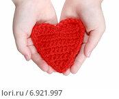 Красное вязаное сердечко в женских руках. Стоковое фото, фотограф Анастасия Андрюхина / Фотобанк Лори