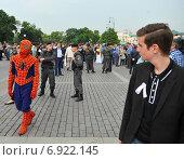 Человек паук на митинге белых ленточек (2012 год). Редакционное фото, фотограф Иван Вислов / Фотобанк Лори