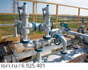 Купить «Клапаны управления на трубах. Нефтяная промышленность», фото № 6925401, снято 6 июня 2011 г. (c) Георгий Shpade / Фотобанк Лори