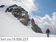 Купить «Альпинист идет по снегу на фоне красивых облаков и скал», фото № 6926221, снято 25 августа 2014 г. (c) Андрей Багаев / Фотобанк Лори