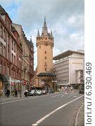 Городской пейзаж Франкфурта, Eschenheimer Turm and Fliming's Deluxe hotel (2015 год). Редакционное фото, фотограф Юлия Кузнецова / Фотобанк Лори