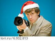 Купить «Молодой мужчина с камерой в карнавальной шапке», фото № 6932813, снято 15 октября 2009 г. (c) Мария Разумная / Фотобанк Лори