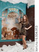 Купить «Девушка стоит на фоне стеллажа с плюшевыми мишками», фото № 6934913, снято 16 января 2015 г. (c) Литвяк Игорь / Фотобанк Лори