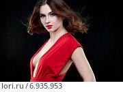 Купить «Студия бьюти съемка молодой девушки в красном платье», фото № 6935953, снято 8 января 2015 г. (c) Насонов Алексей / Фотобанк Лори