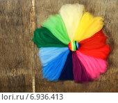 Цветовой круг из разноцветной шерсти на деревянном фоне. Стоковое фото, фотограф Marina Kutukova / Фотобанк Лори