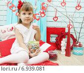 Купить «Девочка в день Святого Валентина с конфетами», фото № 6939081, снято 11 января 2015 г. (c) Юлия Маливанчук / Фотобанк Лори