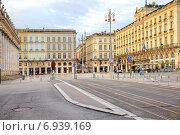 Купить «Улицы и площади в историческом центре старинного города рано утром», фото № 6939169, снято 1 мая 2014 г. (c) Parmenov Pavel / Фотобанк Лори