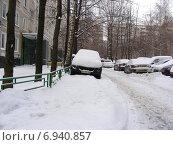 Купить «Машина, припаркованная на тротуаре во дворе дома на Хабаровской улице, район Гольяново, Москва», эксклюзивное фото № 6940857, снято 10 января 2015 г. (c) lana1501 / Фотобанк Лори