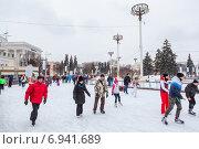 Купить «Посетители катаются на катке ВДНХ, Москва», фото № 6941689, снято 5 января 2015 г. (c) Кекяляйнен Андрей / Фотобанк Лори