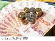 Купить «Российские рубли. Много монет на купюрах пять тысяч рублей», эксклюзивное фото № 6942109, снято 28 января 2015 г. (c) Яна Королёва / Фотобанк Лори