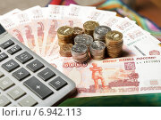 Купить «Российские рубли. Много монет на купюрах пять тысяч рублей и калькулятор», эксклюзивное фото № 6942113, снято 28 января 2015 г. (c) Яна Королёва / Фотобанк Лори