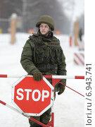 Купить «Солдат охранят въезд», эксклюзивное фото № 6943741, снято 1 января 2015 г. (c) Дмитрий Неумоин / Фотобанк Лори