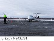 Купить «Пассажирский самолет Bombardier CRJ 100 авиакомпании «Руслайн» (RusLine) заруливает на стоянку», фото № 6943781, снято 26 января 2015 г. (c) Nikolay Pestov / Фотобанк Лори