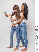Купить «Молодая женщина и девочка фотографируются на смартфон», фото № 6944813, снято 20 октября 2014 г. (c) Альбина Типляшина / Фотобанк Лори
