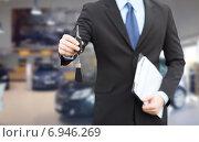 Купить «close up of businessman or salesman giving car key», фото № 6946269, снято 26 июня 2013 г. (c) Syda Productions / Фотобанк Лори