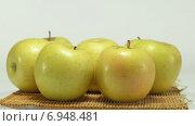 Желтые яблоки. Стоковое видео, видеограф verbaska / Фотобанк Лори
