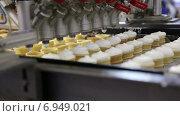Автоматическая линия по производству мороженого. Стоковое видео, видеограф Евгений Ткачёв / Фотобанк Лори