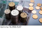 Купить «Стопки российских монет на банкнотах», фото № 6950537, снято 31 января 2015 г. (c) Александр Калугин / Фотобанк Лори